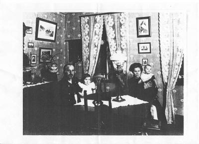 Her ses farmor og farfar med deres 2 ældste børn, Margrethe og Niels i deres hjem i Slagelse ca 1912