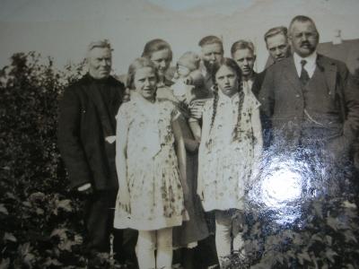 Bagest yde til venstre- oldefar Johan Arent Madsen, hans datter