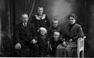 Iver Sørensen Koed, Frode (standing, - son from grandfathers first marriage, Tage, Asta , Ivar Koed and Laura Mathilde Koed