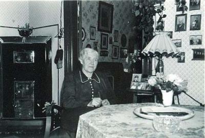 mormor i sit hjem ca 1955