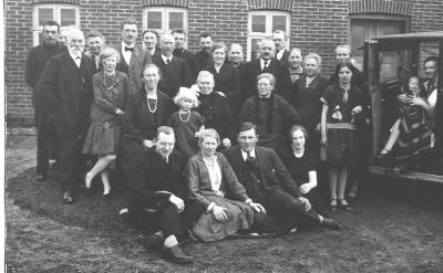 Her bliver oldefar Johan Arent Madsen fejret på sin 75års fødselsdag. Mormor står bag ham med en hånd på hans skulder. Onkel Frode sidder yderst til venstre og i bilen sidder tante Valborg med Grete